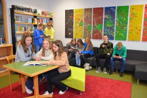 Schüler sitzen in einem Raum und Lesne