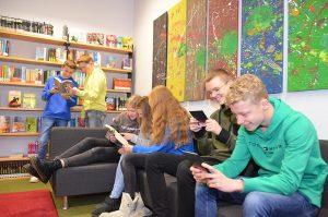 Schüler sitzen auf dem Sofa und Lesen